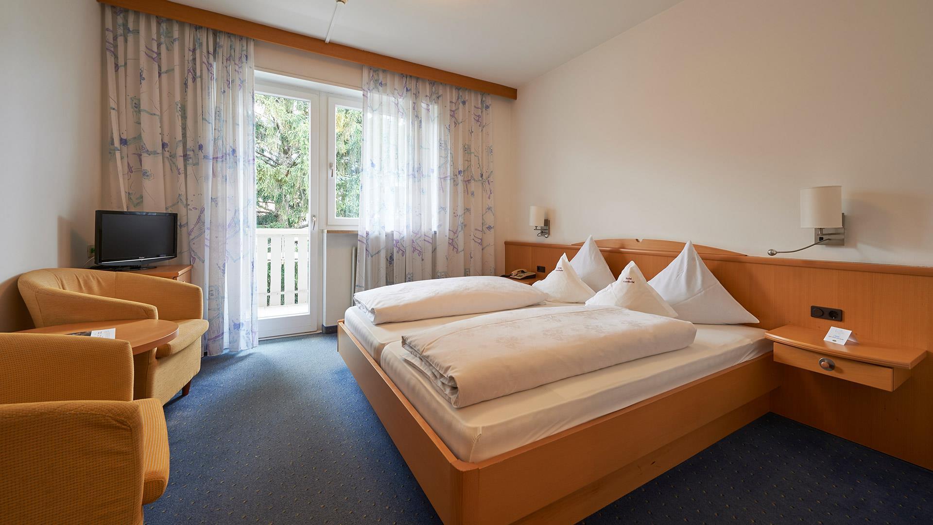 die zimmer im hotel gantkofel in andrian berzeugen mit tollem ausblick kuschelzimmer doppelzimmer. Black Bedroom Furniture Sets. Home Design Ideas